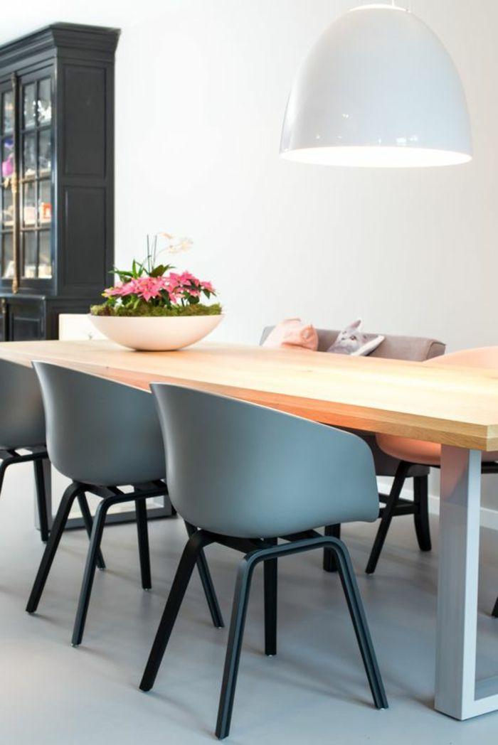 renover sa cuisine, trois fauteuils en plastique bleu, sol avec carrelage brillant blanc, table rectangulaire en bois clair avec des pieds blancs, armoire de cuisine en style ancien en noir