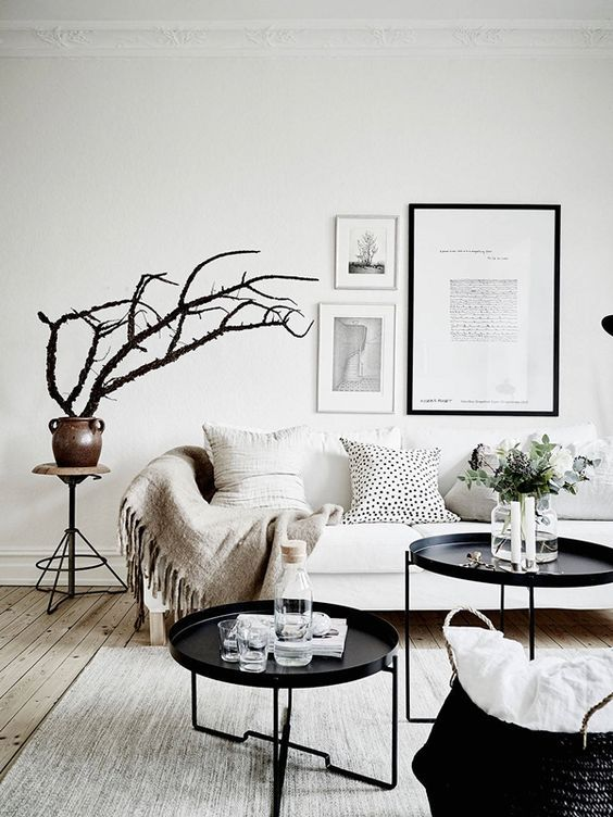 #WestwingNL. Witte woonkamer met zwarte details. Voor meer inspiratie: westwing.me/shopthelook