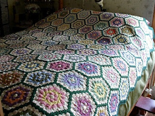 LuAnne Kess's Grandmother's Flower Garden.Gardens Quilt, Flower Gardenon, Beds Wdark, Beautiful Quiltsy, Flower Gardens On, Grandmothers Flower, Hexagons Quilt, Flowers Garden, Beautiful Quilt I