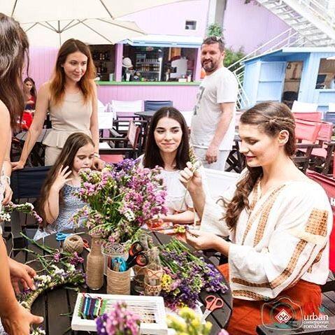 Voie bună, ieri, la atelierul de împletit coronițe cu @alexandrausurelu 🌞😊#sezatoareaurbana #iesc #creart #summer #flowers #romania #bucharest #workshop  Photo by IEsc