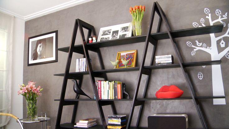 Una forma de ordenar y organizar la casa es con un estante muy sencillo, que tenga 2 caballetes en forma de A y repisas largas. Es un excelente mueble, que puede sacar de apuros en el escritorio, en el living para poner el equipo de música, en el dormitorio o incluso en una cocina para poner la losa.