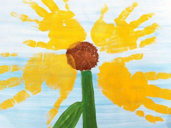 Fleur empreintes ou traces de pas dans vos choix de couleurs. Cette peinture vient vous personnalisé avec nimporte quel nom et âge dans le centre de la fleur. Vous ajoutez la touche finale avec lempreinte de la main de votre enfant ou empreinte - nont besoin denvoyer il retour me pour art supplémentaire ou une illustration. Cette annonce est pour une part de 11 dans x 14 po peint toile plate avec peinture et un pinceau pour les empreintes de mains. Vernis brillant est également inclus, donc…
