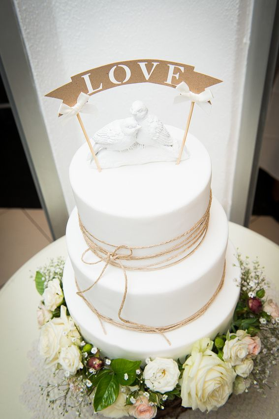 Cassie and Mark's wedding cake photo by phill Jackson photography. Noosa weddings, Fresh flowers