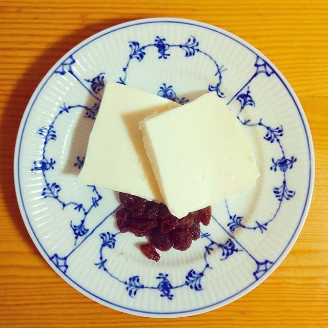 🍴チーズケーキ . 生クリームをSTOPしたので、残ったクリームチーズとヨーグルトでチーズケーキを作りました✨ . #スイーツ#手作りおかし#体をあたためる#健康#栄養#ランチ#朝ごはん#ヘルシー#野菜たっぷり#肉#おうちごはん#自炊#料理#デリスタグラマー#クッキングラム#ロイヤルコペンハーゲン#ロイコペ#テーブルコーディネート#おしゃれ#食器 #royalcopenhagen#japan #foodpics#cooking#table#tablecordinate #instafood#delicious#vegetables#healthyfood