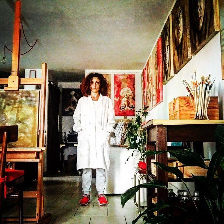 Oggi l'opera d'arte sono io... tutto il pomeriggio a cincischiare su #MisterBat Che doveva essere un nuovo progetto artistico e finirà invece per essere una sola opera che lo rappresenterà per intero.  È che a volte si lavora anche solo con la testa e la pancia senza usare tele e colori. Anche riflettere e progettare fa parte della creazione artistica. Monica Spicciani http://www.monicaspicciani.it/crowdfounding #Painter #Painting in #Tuscany #Italy #art #fineart #artist #studio…