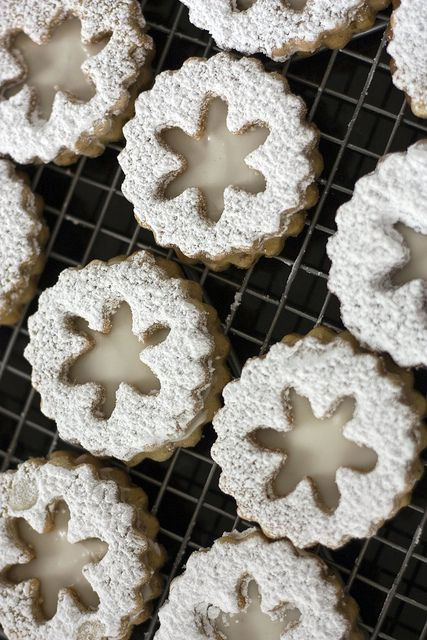 {beautiful!} Eggnog Snowflake Linzer Cookies