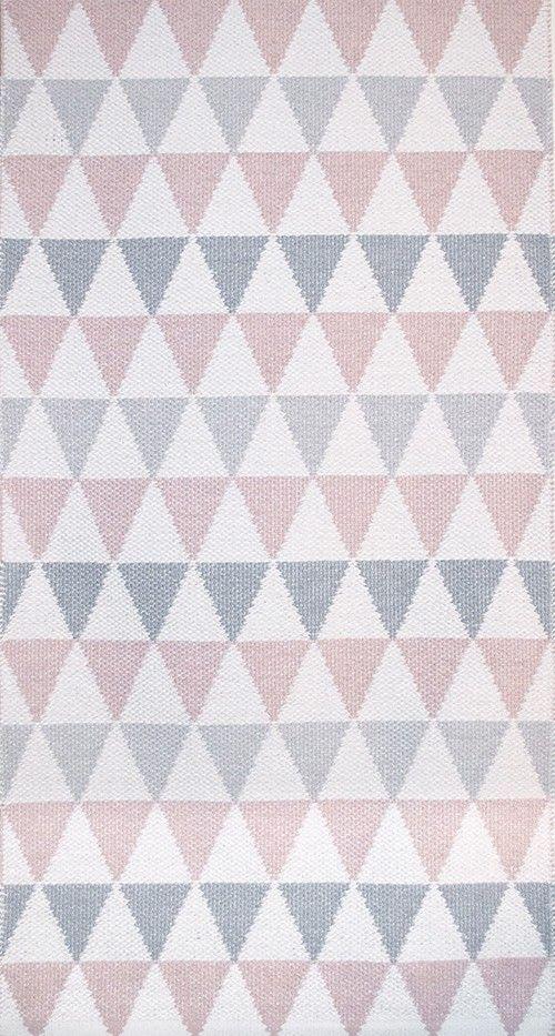 Herlig fargerik plastmatte laget av den flinke svenske designeren Lina Johansson.  Ett teppe som er lett å holde rent, fin å gå på - og ikke minst nydelig å se på.  Teppet kan brukes på begge sider.Finnes også i fargene turkis, multicolor og grå.  Du kan få teppene i str: 70 x 120, 70 x 200 eller 140 x 200 cm.  Materiale: polyamid/pvc