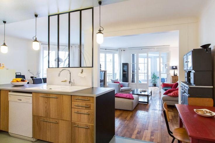 Ce 92 m² parisien était disposé en longueur avec plusieurs couloirs et une petite cuisine en retrait. L'agence Maéma Architectes en a fait un vrai logement familial avec de larges pièces éclairées de part en part.