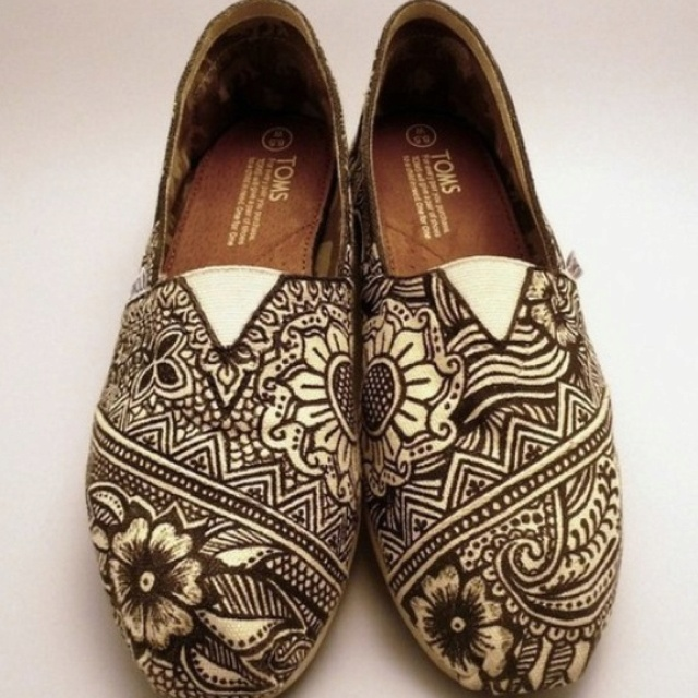 Drawing this design on canvas shoes of mi own(^-^)