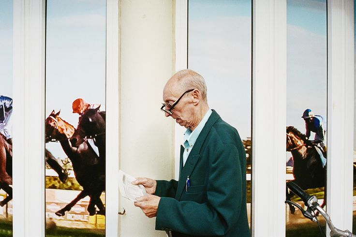 Michel Sadowski n'est ni parieur ni passionné de courses hippiques et pourtant, depuis un an, il photographie les turfistes. En plus d'être intrigué par les gens qui fréquentent les hippodromes, il a développé une réelle fascination pour les lieux et les rituels. Il nous dévoile, aujourd'hui, sa sérieLes Turfistes.Entretien.