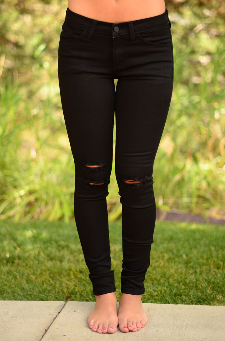 Get your new favorite jeans for everything! These black denim jeans have the perfect amount of distressing in the knees and an amazing stretch that you're going to love!! Sizing True to size, Adrienne