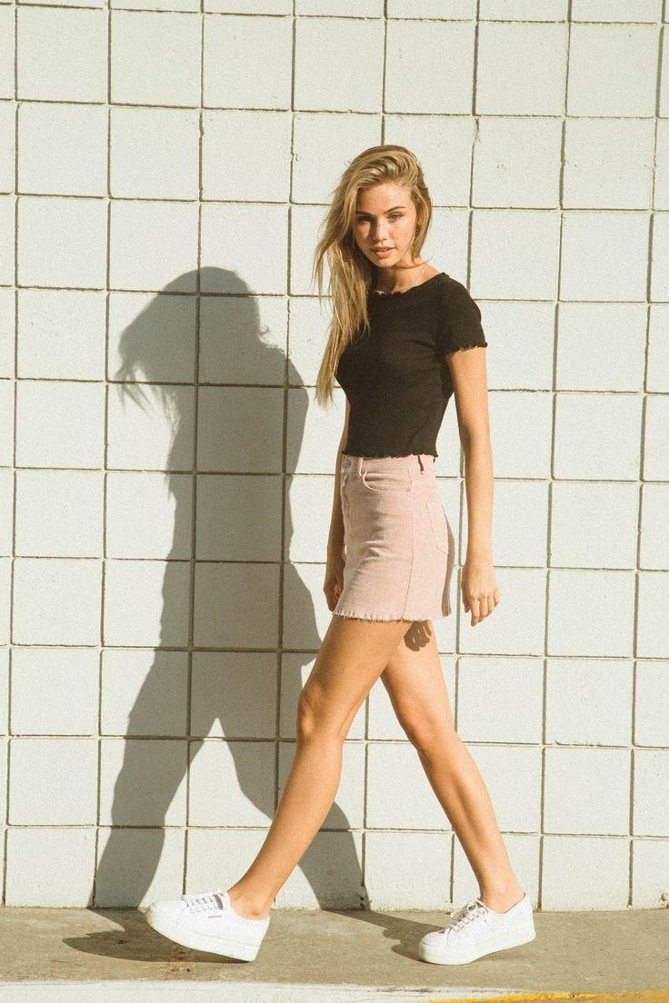 Mais uma idéia de combinar o tom Rosa quartz na saia, ganhou uma pegada despojada incrível a combinação do tênis , aposte nesse modelo para arrasar da melhor forma possível 《pinterest: @Lariifreitas 》