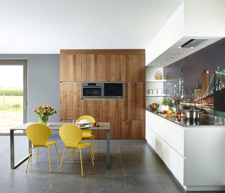 Moderne uitvoering van een L keuken. Door de combinatie van wit en het houtstructuur bekomt men een strak design. Belgisch en op maat.