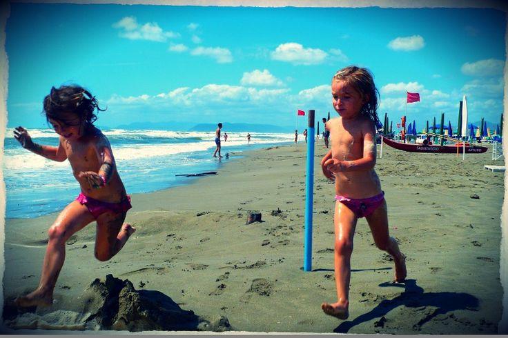 playing on the beach #italy #lucca #fortedeimarmi #versilia #beach #spiaggia #rivera #mare #sea  #vacanze #travel #viaggio