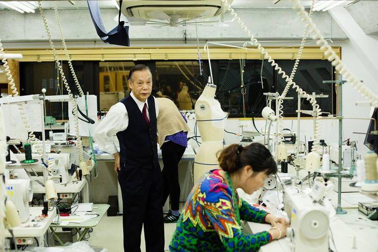 森田惠夫/レオパール社長 PROFILE:(もりた・としお):1946年生まれ。東京服装学園卒業後、デザイナーの越水金治に師事。71年に渡英し、クリスチャン・ディオールの弟子のマダム・エレンに師事。73年に渡米し、Drake Secretarial Collegeで学んだ後、1年間のヒッピー生活を経て、75年に帰国。サンプル縫製をスタート。85年に法人化し株式会社レオパール設立。現在でもミシンを踏む現役のクチュリエだ PHOTOS BY TOSHIO OHNO