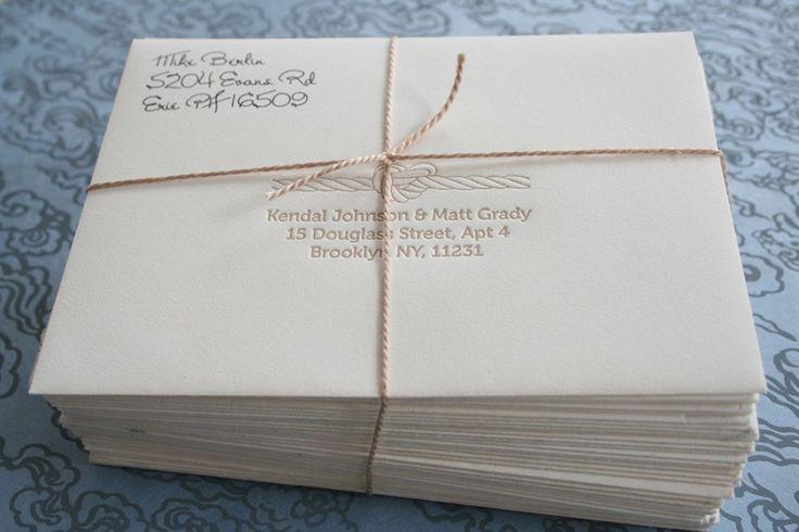 sudah siap dikirim ke tetangga kartu undangan resepsi pernikahan dengan amplop putih dan tali
