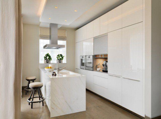 plan de travail marbre dosseret-hotte-aspirante-tabourets-bar-armoire-cuisine-blanche