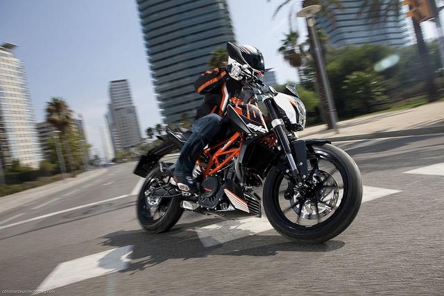 KTM Duke 390 : #KTM s'attaque aux motos accessibles avec le permis A2 avec cette surprenante Duke 390. Avec son cadre en treillis tubulaire orange et sa plastique signée Kiska elle se veut fun ; mais présente aussi l'un des meilleurs rapports qualité/prix de cette nouvelle catégorie. Lire l'article  http://www.motomag.com/KTM-Duke-390-Label-jeune.html #MotoMag #MotoMagazine @KTM Sportmotorcycle AG