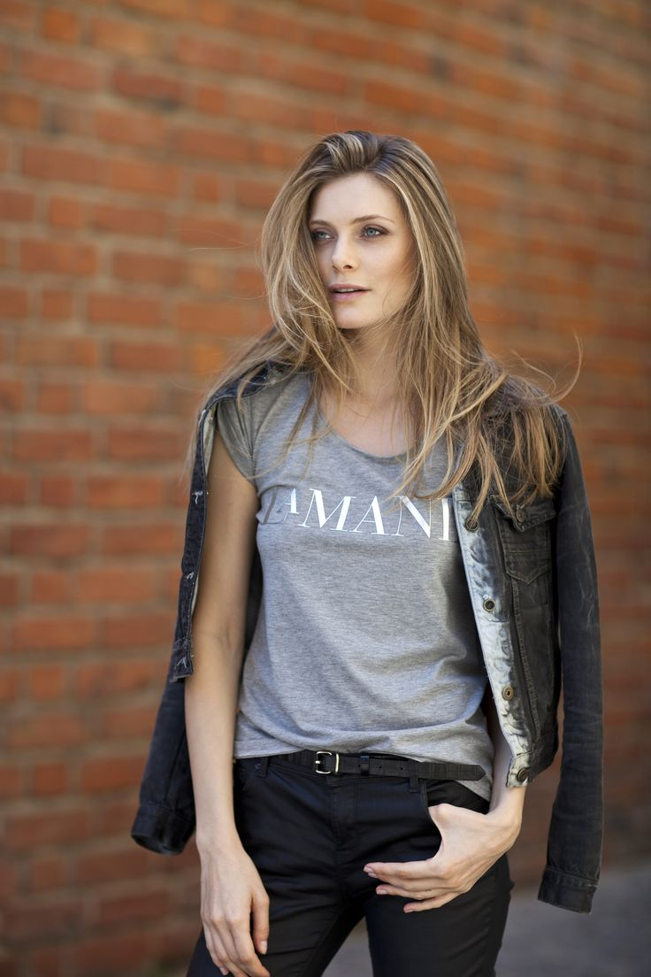 La Mania's casual ELINOR t-shirt will never date. Wear it with everything - from tailored skirts and pants to off-duty denim️ #LaMania #NewArrivals #Tshirt #photo @asiatypek #model @szindy