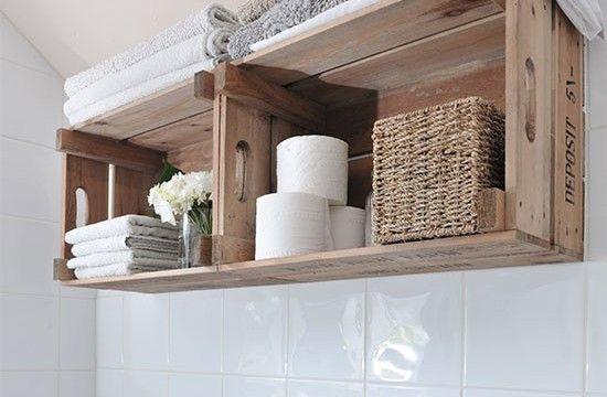 Você pode reaproveitar os caixotes de madeira da feira para organizar o seu banheiro, veja ideias.