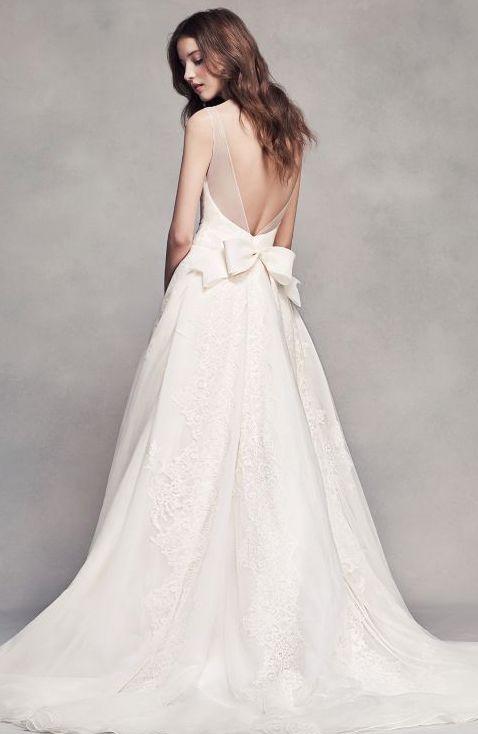 """Vestido de Novia Plisado con Cuello en """"V"""" de White by Vera Wang, con detalle de moño en la espalda baja. Sólo en David's Bridal México"""