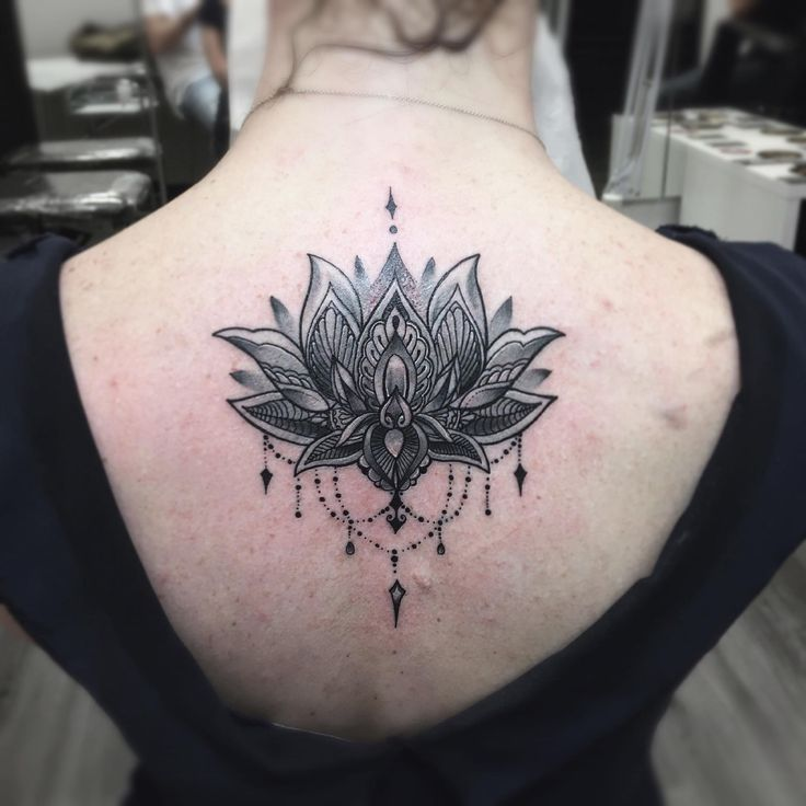 Lotus flower, tatuaggio fiore di loto, fiore di loto mandala, lotus flower tattoo, tattoo by edwin basha, ornamental, ornamentale, black and white tattoo, tatuaggio bianco e nero, dettagli, details, girl tattoo, spine tattoo