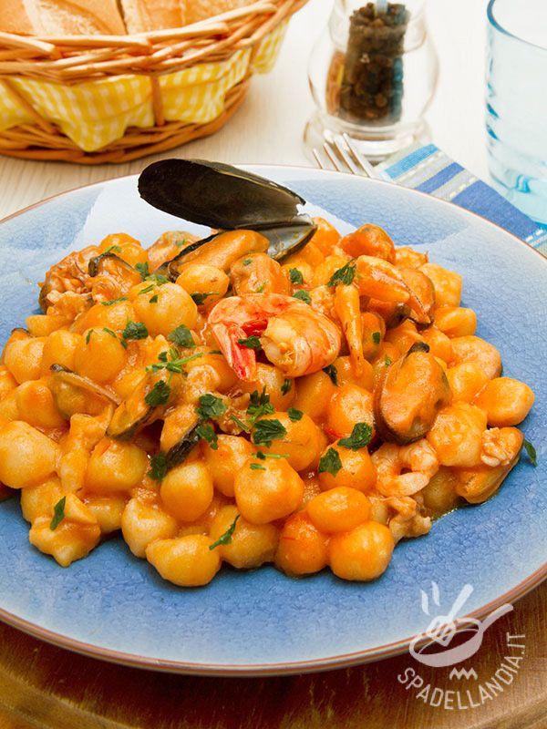 Procuratevi ingredienti freschi e di qualità e il successo degli Gnocchetti ai frutti di mare è garantito. Un piatto saporito e facile da realizzare.