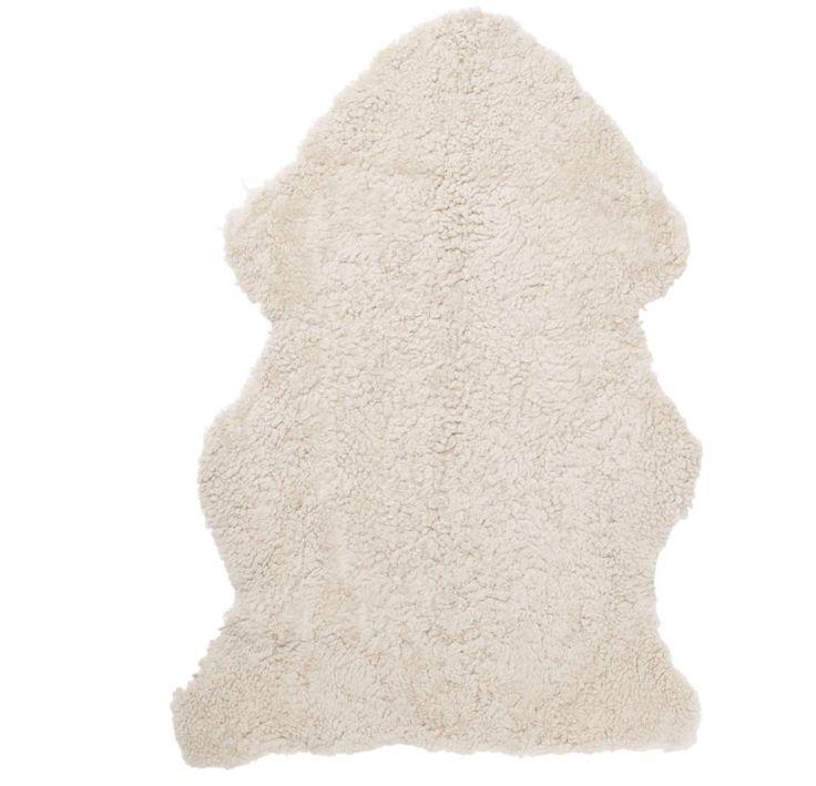 Vitt fårskinn. Pläd, fäll, fårull, ull, vit, möbler, inredning, inredningsdetalj, skinn.