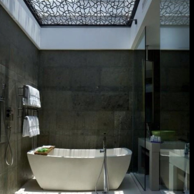 Cool bathroomBathroom Design, Modern Bathroom, Beautiful Bathroom, Sky Lights, Bathroom Interiors Design, Skylight, Design Home, Spa, Design Bathroom
