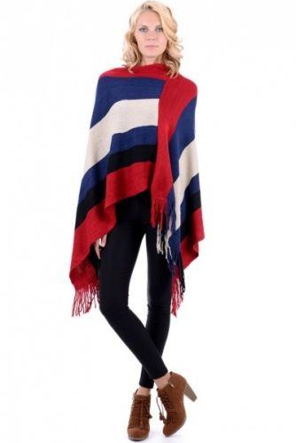Hold deg varm med denne ponchoen med frynser. Ponchoen er rød, hvit, sort og blå stripete.