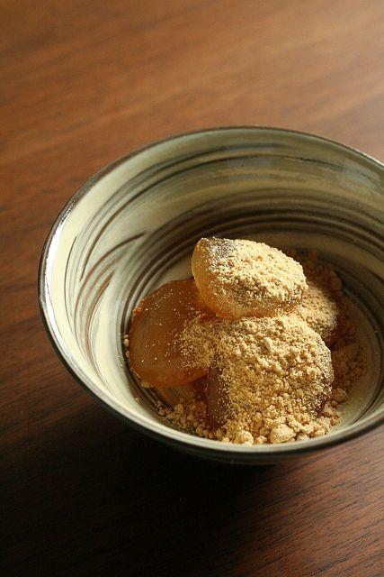 Japanese sweets, warabi mochi with kinako soybean flour わらび餅