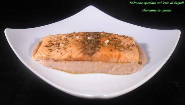 Salmone speziato sul letto di fagioli, senza sale, giovanna in cucina