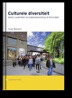 Met het instellen van een lectoraat Cultural Diversity doet Hogeschool Rotterdam een op het eerste gezicht vergaande uitspraak. De hogeschool brengt hiermee tot uitdrukking dat culturele diversiteit er toe doet, in het bijzonder binnen het kunstvak-onderwijs waaraan het lectoraat is gelieerd. Toch is dat niet vanzelfsprekend. Culturele diversiteit als gedachte, concept, staat momenteel ter discussie.    Openbare les van Hugo Bongers, Lector Cultural Diversity Hogeschool Rotterdam.