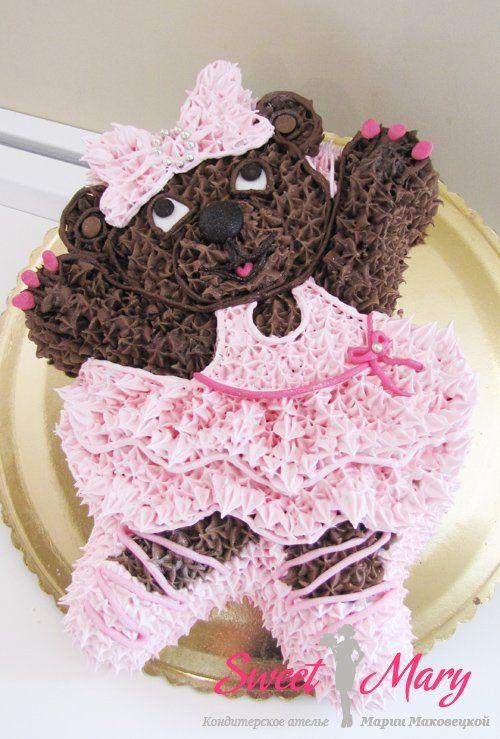 На фото этого торта мишка из крема выполнен в варианте торта на день рождения девочки. Вы можете заказать кремового мишку и для мальчика, в другом цвете.
