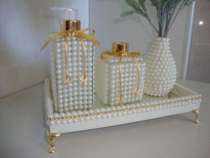 Kit contém  - porta sabonete líquido 250 ml  - difusor de varetas 200 ml  - vaso de garrafa  - Bandeja de MDF com espelho na base interna, detalhes em meia pérola e strass dourado . Pés egípcios  Flores não acompanham o produto.  As peças são de vidro trabalhadas em meia pérola com tampas dourada...