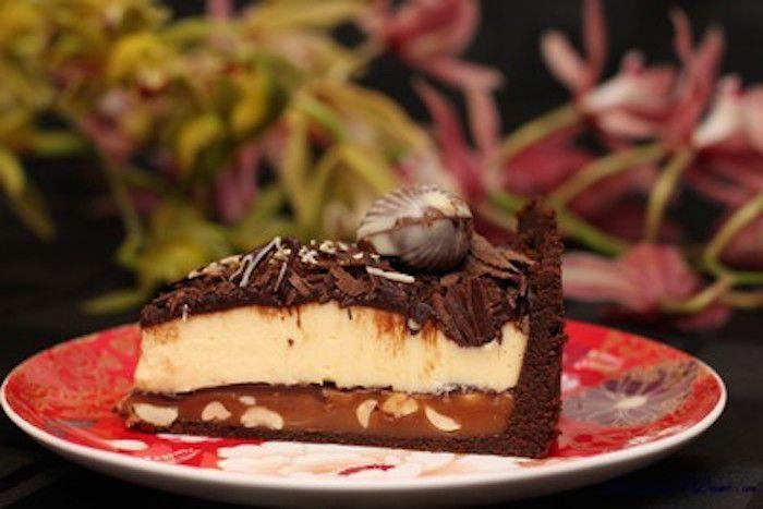 La ricetta della torta autunnale viene preparata facendo due creme:una allo zabaione ed una al cacao. queste verranno distribuite in uno stampo foder...