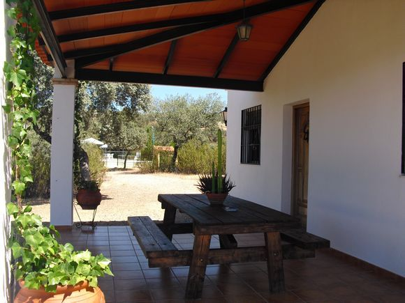 Casa de campo Pedriquejo en Obejo, Córdoba. La casa cuenta con piscina y barbacoa, está situada en plena naturaleza, en una finca cercada de 25.000 metros, rodeada de encinas y jaras para disfrutar de la tranquilidad y del entorno con inmejorables vistas a la montaña.