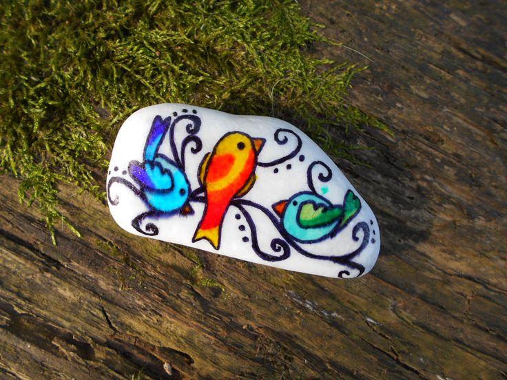 Színes festett madarak kavics