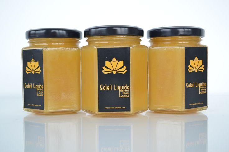 Bunătăţi din miere de trifoi  Mierea de trifoi se distinge prin culoarea deschisă şi prin faptul că se poate prezinta în formă cristalizată. Gustul specific adună toată prospețimea dimineții din răsăritul soarelui deasupra unui câmp de trifoi.  www.soleil-liquide.com