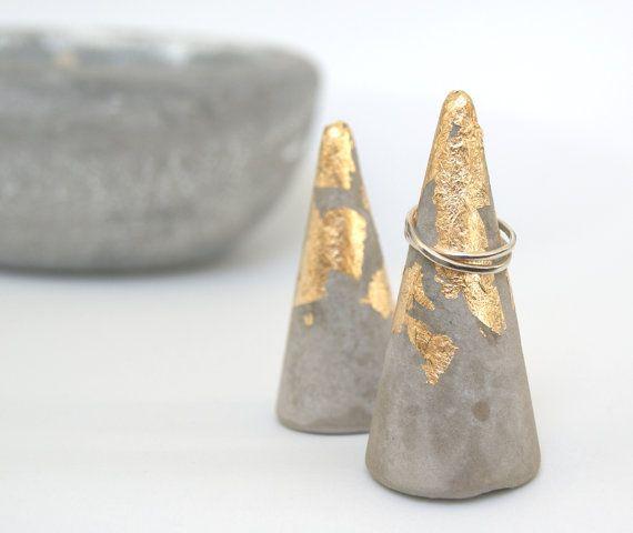 Handgemachte Beton und Blattgold Ring Kegel von AbigailJewellery
