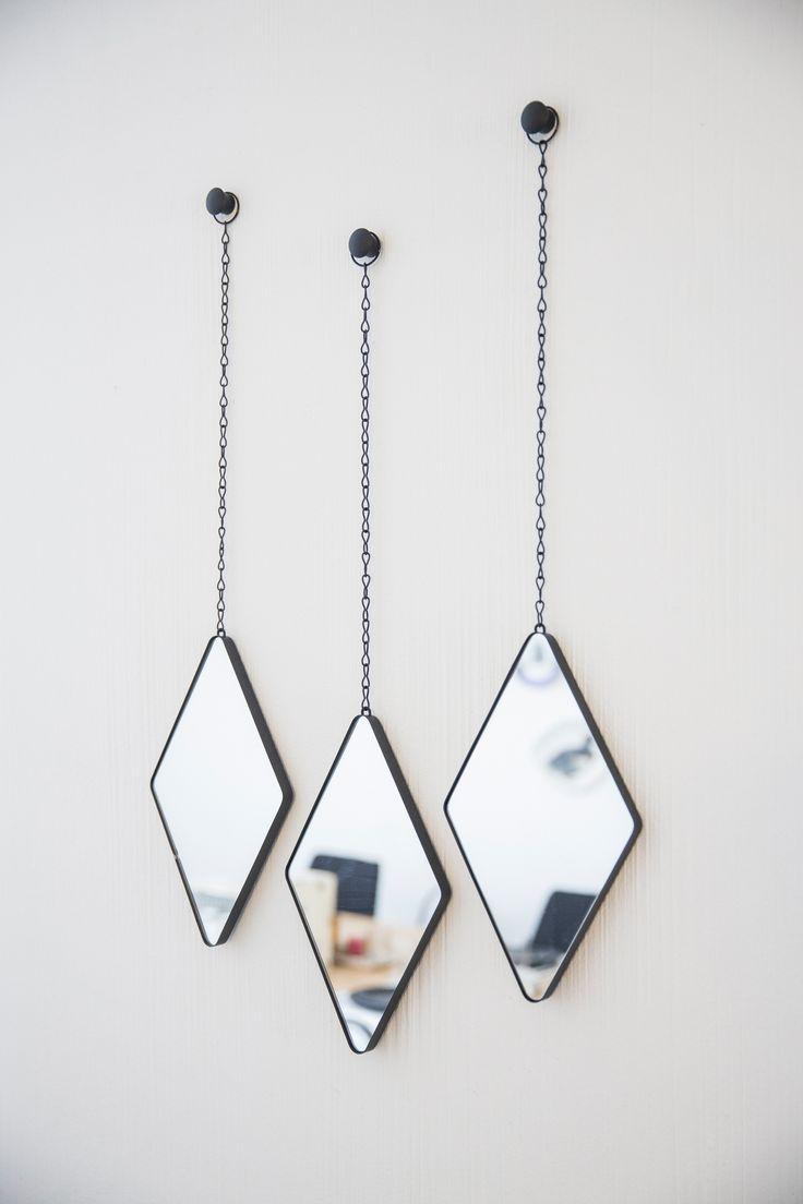 O Conjunto de espelhos Losango deixa qualquer parede mais charmosa! Ele pode ser pendurado da maneira que quiser, alinhado ou um em cada canto da casa! Acompanha o gancho para parede.