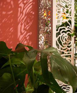 Σκιές και φως στον κοραλλί τοίχο μέσα από διάτρητη μεταλλική κατασκευή . Δείτε περισσότερα έργα μας στο  http://www.artease.gr/interior-design/emporikoi-xoroi/