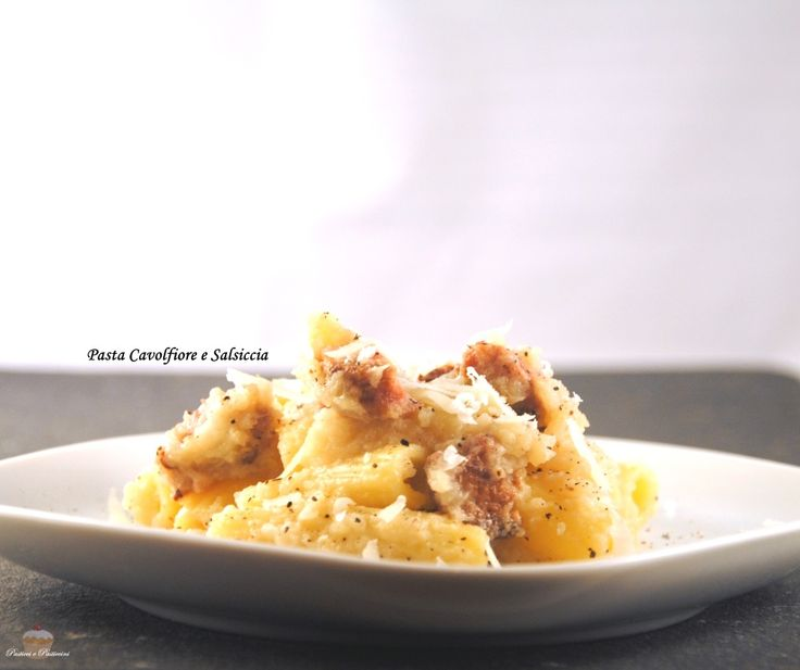 La Pasta Crema di Cavolfiore e Salsiccia è un ottimo primo di stagione che non solo sfrutta tutta la bontà del cavolfiore, ma è anche una ricetta adatta per tutta la famiglia.
