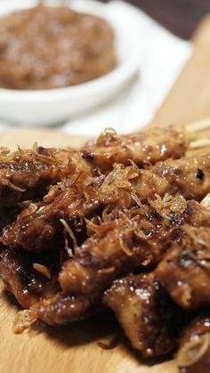 Sate Ayam adalah salah satu masakan Khas Indonesia yang mendunia. Campuran bumbu kacang dan kecap yang di balur pada daging ayam yang kemudian dibakar di atas bara membuat rasanya menjadi gurih, manis dan sedikit pedas.