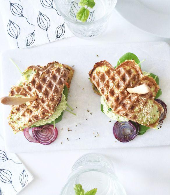 Vaffelburger med kyllingebøf og edamamehummus