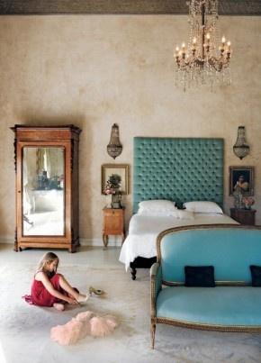 Romantische slaapkamer. Een romantische slaapkamer met een prachtig bed en een erg mooie antieke kast. De kamer ademt een zeer relaxte sfeer uit. Elsa Young