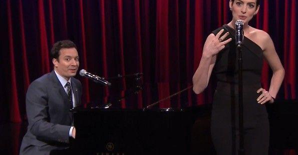 Џими Фалон и Ен Хатавеј пеат бродвејски верзии од познати хип-хоп и рап песни