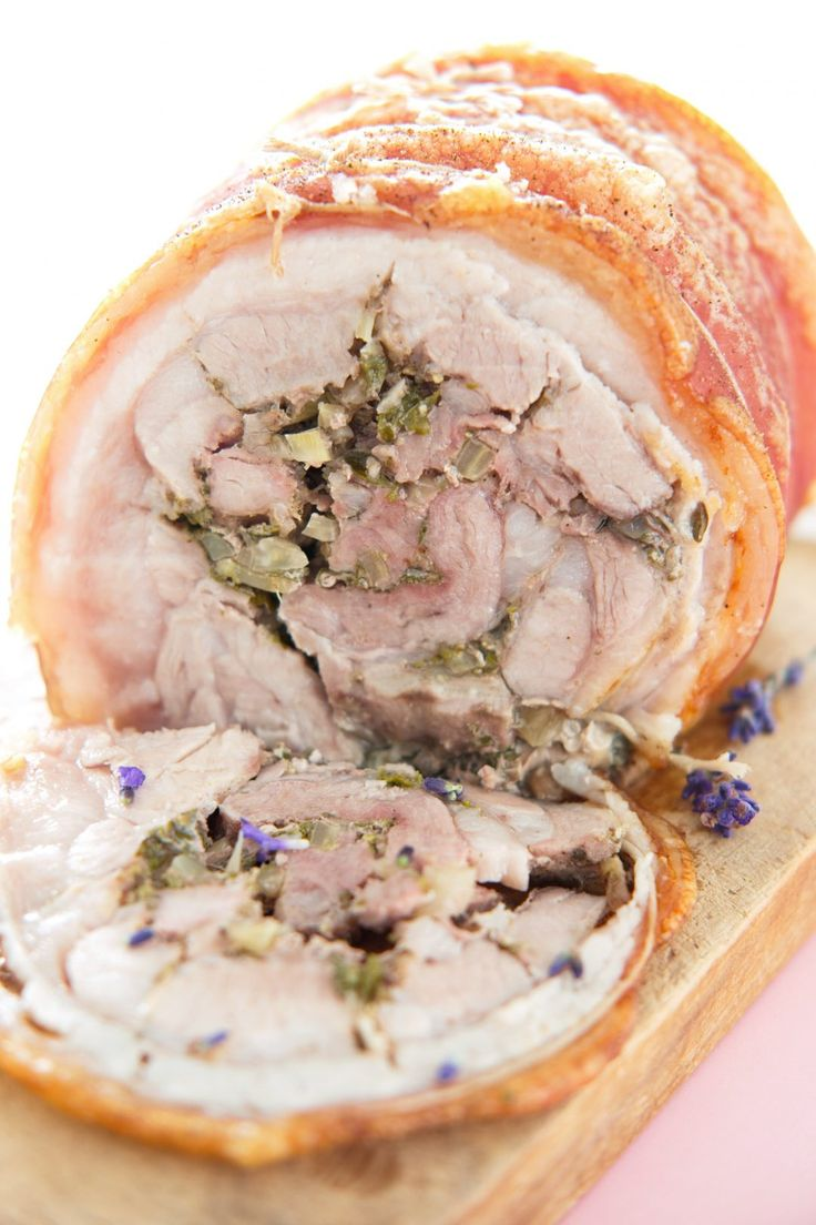Italiensk rullepølse også kalt porchetta med fennikel og urter som salvie, rosmarin, timian og oregano.