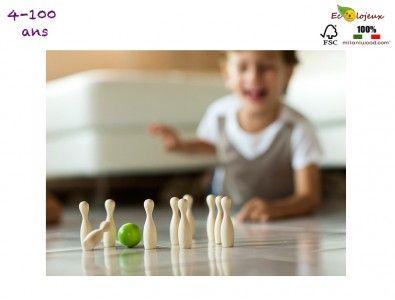 Mini bowling de table, en bois naturel. Sympathique, écolo et pratique à glisser dans le sac des vacances, ce petit jeu d'adresse en bois s'adresse à toute la famille. https://www.ecolojeux.com/jeux-originaux/357-bowling-en-bois-mini.html