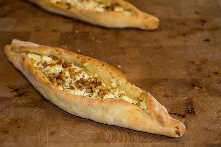Die Walnuss-Käse Pide frisch aus dem Ofen